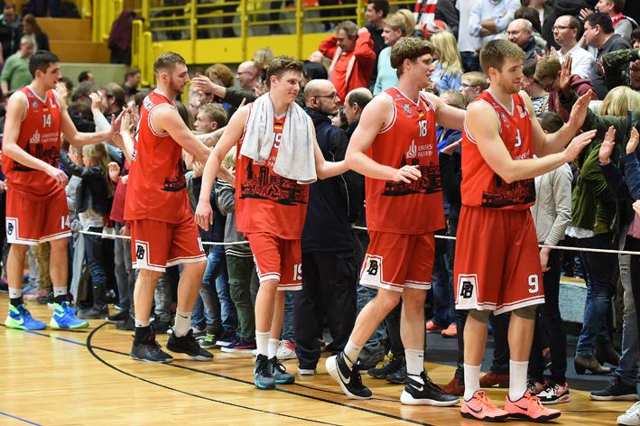 Redlich verdientes Abklatschen: Sowohl für die Top-Leistung der Uni Baskets als auch für die klasse unterstützenden Fans. (Foto: Ulrich Petzold)